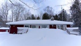 Ισχυρή χιονόπτωση στη χώρα εξοχικών σπιτιών Στοκ εικόνες με δικαίωμα ελεύθερης χρήσης