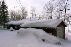 Ισχυρή χιονόπτωση στη χώρα εξοχικών σπιτιών Στοκ Φωτογραφία