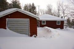 Ισχυρή χιονόπτωση στη χώρα εξοχικών σπιτιών Στοκ Φωτογραφίες