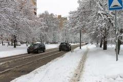 Ισχυρή χιονόπτωση στις οδούς καλυμμένο αυτοκίνητα χιόν Πάγος στο ro Στοκ Εικόνες