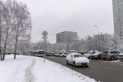 Ισχυρή χιονόπτωση στις οδούς καλυμμένο αυτοκίνητα χιόν Πάγος στο ro Στοκ φωτογραφία με δικαίωμα ελεύθερης χρήσης