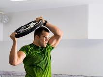 ισχυρός άνδρας που κάνει τις ασκήσεις με το βάρος Στοκ φωτογραφία με δικαίωμα ελεύθερης χρήσης