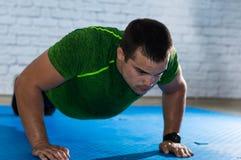 ισχυρός άνδρας που κάνει pushups Στοκ φωτογραφία με δικαίωμα ελεύθερης χρήσης