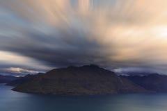 Ισχυρός άνεμος πέρα από ένα βουνό Στοκ εικόνες με δικαίωμα ελεύθερης χρήσης
