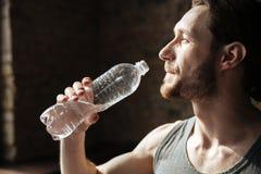 Ισχυρός αθλητικός τύπος στο πόσιμο νερό γυμναστικής Στοκ Φωτογραφίες