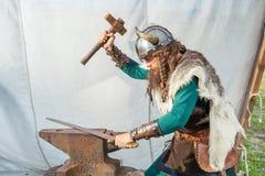 Ισχυρός Βίκινγκ επισκευάζει το ξίφος του στοκ φωτογραφία