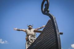 Ισχυρός Βίκινγκ στο σκάφος του με το χέρι τ στοκ εικόνα