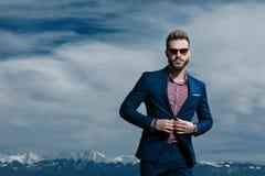 Ισχυρός επιχειρηματίας κλείνοντας κουμπιά του σακακιού του στοκ φωτογραφία
