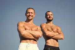Ισχυρός και ισχυρός Μυϊκά άτομα με τα ABS έξι πακέτων Τα άτομα απολαμβάνουν τις καλές υγείες Αθλητισμός και υγειονομική περίθαλψη στοκ φωτογραφία με δικαίωμα ελεύθερης χρήσης