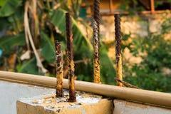 Ισχυρός συγκεκριμένος στυλοβάτης με τις ράβδους χάλυβα στοκ φωτογραφία με δικαίωμα ελεύθερης χρήσης