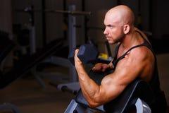Ισχυρός σχισμένος φαλακρός αντλώντας σίδηρος ατόμων Αθλητής που επιλύει με στοκ φωτογραφία