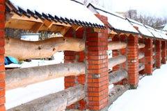 Ισχυρός τούβλο-ξύλινος φράκτης στοκ φωτογραφία με δικαίωμα ελεύθερης χρήσης