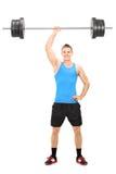Ισχυρός τύπος που κρατά ένα barbell σε ένα χέρι στοκ φωτογραφίες