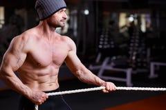 Ισχυρός υγιής ενήλικος σχισμένος άνδρας με τη μεγάλη σύγκρουση μυών topl Στοκ εικόνα με δικαίωμα ελεύθερης χρήσης