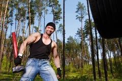 Ισχυρός υγιής ενήλικος σχισμένος άνδρας με τους μεγάλους μυς που επιλύει το πνεύμα στοκ εικόνες