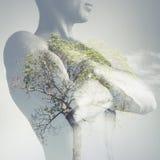 Ισχυρός φίλαθλος κορμός νεαρών άνδρων που συνδυάζεται με το πράσινο δέντρο στοκ εικόνα