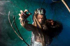 Ισχυρός φοβερός με τα μακριά καρφιά στο πρώτο πλάνο werewolf στο θόριο Στοκ φωτογραφίες με δικαίωμα ελεύθερης χρήσης