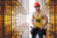 Ισχυρός χτίστε το εργάτη οικοδομών στα πλαίσια των mutallic δομών στοκ φωτογραφίες