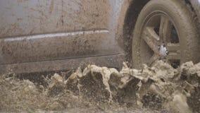 Ισχυρό άσπρο SUV αφήνει μια βρώμικη λακκούβα Όμορφη άποψη του αυτοκινήτου έξω από την πόλη Ακραία οδήγηση και υπόλοιπο