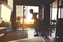 Ισχυρό άτομο ικανότητας που κάνει βαρέων βαρών Cro καλωδίων άσκηση-μηχανών Στοκ φωτογραφίες με δικαίωμα ελεύθερης χρήσης