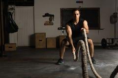Ισχυρό άτομο που ασκεί με τα σχοινιά μάχης στοκ εικόνες