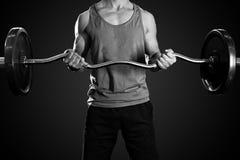Ισχυρό άτομο που εργάζεται στη λέσχη ικανότητας γυμναστικής στοκ φωτογραφίες με δικαίωμα ελεύθερης χρήσης