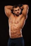 Ισχυρό άτομο που κάνει τις ασκήσεις στα triceps με έναν αλτήρα Κλείστε τα αυξημένα χέρια κατάρτισης Πρότυπο ικανότητας που παρουσ στοκ φωτογραφίες