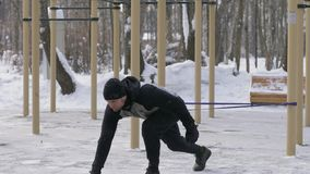 Ισχυρό άτομο που κάνει workout την άσκηση με τον αποσυμπιεστή στην υπαίθρια κατάρτιση φιλμ μικρού μήκους