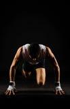 Ισχυρό άτομο που προετοιμάζεται να τρέξει στοκ εικόνα με δικαίωμα ελεύθερης χρήσης