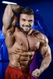 Ισχυρό άτομο bodybuilder Στοκ εικόνα με δικαίωμα ελεύθερης χρήσης