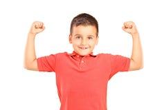 Ισχυρό αγόρι που εμφανίζει μυς στοκ φωτογραφίες