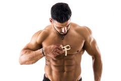 Ισχυρό αρσενικό χρησιμοποιώντας plicometer Στοκ Φωτογραφίες