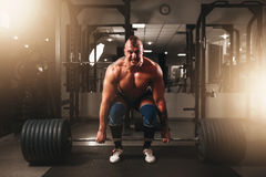Ισχυρό αρσενικό bodybuilder που ανυψώνει το βάρος Στοκ Εικόνες