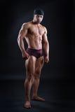 Ισχυρό αρσενικό bodybuilder που παρουσιάζει ισχυρούς μυς του στοκ εικόνες