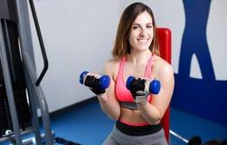 Ισχυρό γυναικών στο κοίταγμα γυμναστικής Στοκ Φωτογραφίες