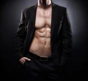 Ισχυρό, κατάλληλο και φίλαθλο stripper άτομο πέρα από το μαύρο υπόβαθρο Στοκ Εικόνες