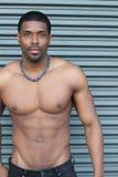Ισχυρό, κατάλληλο και φίλαθλο stripper αφρικανικό άτομο πέρα από το μεταλλικό υπόβαθρο Στοκ εικόνα με δικαίωμα ελεύθερης χρήσης