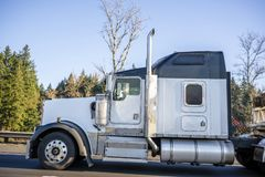 Ισχυρό μεγάλο άσπρο κλασικό αμερικανικό ημι φορτηγό εγκαταστάσεων γεώτρησης με τη μαύρη στέγη και το ημι ρυμουλκό που τρέχουν στο στοκ εικόνες με δικαίωμα ελεύθερης χρήσης