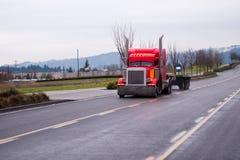 Ισχυρό μοντέρνο κλασικό ημι φορτηγό με τους κάθετους σωλήνες εξάτμισης Στοκ Εικόνα
