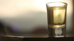 Ισχυρό οινοπνευματώδες ποτό που χύνεται στο γυαλί απόθεμα βίντεο