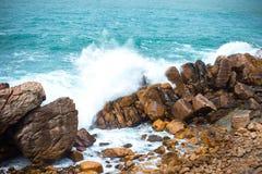 Ισχυρό σπάσιμο κυμάτων ενάντια στους βράχους στον ωκεανό Ζωηρόχρωμα τοπία στοκ εικόνα