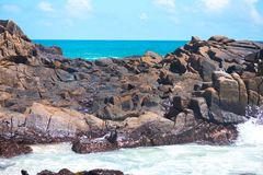 Ισχυρό σπάσιμο κυμάτων ενάντια στους βράχους στον ωκεανό Ζωηρόχρωμα τοπία στοκ φωτογραφίες