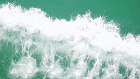 Ισχυρό τεράστιο ρεύμα κυμάτων του βαθιά μπλε νερού με τον άσπρο αφρό που αυξάνεται επάνω σε σε αργή κίνηση 1920x1080 φιλμ μικρού μήκους