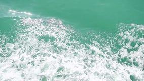 Ισχυρό τεράστιο ρεύμα κυμάτων του βαθιά μπλε νερού με τον άσπρο αφρό που αυξάνεται επάνω σε σε αργή κίνηση HD, 1920x1080 φιλμ μικρού μήκους