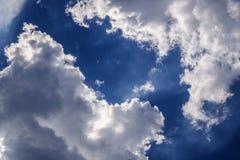 Ισχυρό φωτεινό σύννεφο με το μπλε ουρανό Στοκ φωτογραφία με δικαίωμα ελεύθερης χρήσης