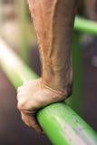 Ισχυρό χέρι στενό στον επάνω φραγμών Στοκ Εικόνα