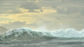 Ισχυρό ωκεάνιο σπάσιμο κυμάτων Κύμα στην επιφάνεια του ωκεανού Στοκ Φωτογραφία
