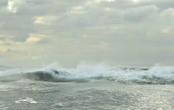 Ισχυρό ωκεάνιο σπάσιμο κυμάτων Κύμα στην επιφάνεια του ωκεανού Στοκ φωτογραφία με δικαίωμα ελεύθερης χρήσης