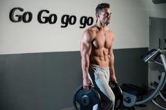 Ισχυρό Bodybuilder που εκπαιδεύει έξι πακέτο του Στοκ φωτογραφία με δικαίωμα ελεύθερης χρήσης