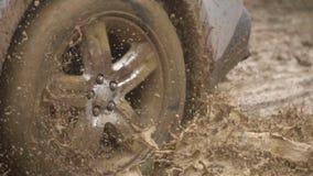 Ισχυρό SUV αφήνει μια βαθιά λακκούβα Όμορφες ολισθήσεις αυτοκινήτων πέρα από την τραχιά έκταση Ακραίες συνθήκες οδήγησης στο άσχη απόθεμα βίντεο
